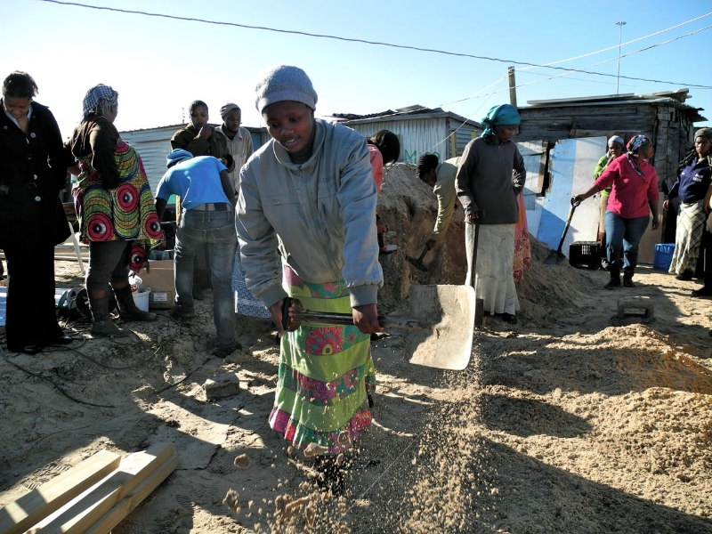 Community members at work in Mtshini Wam re-blocking