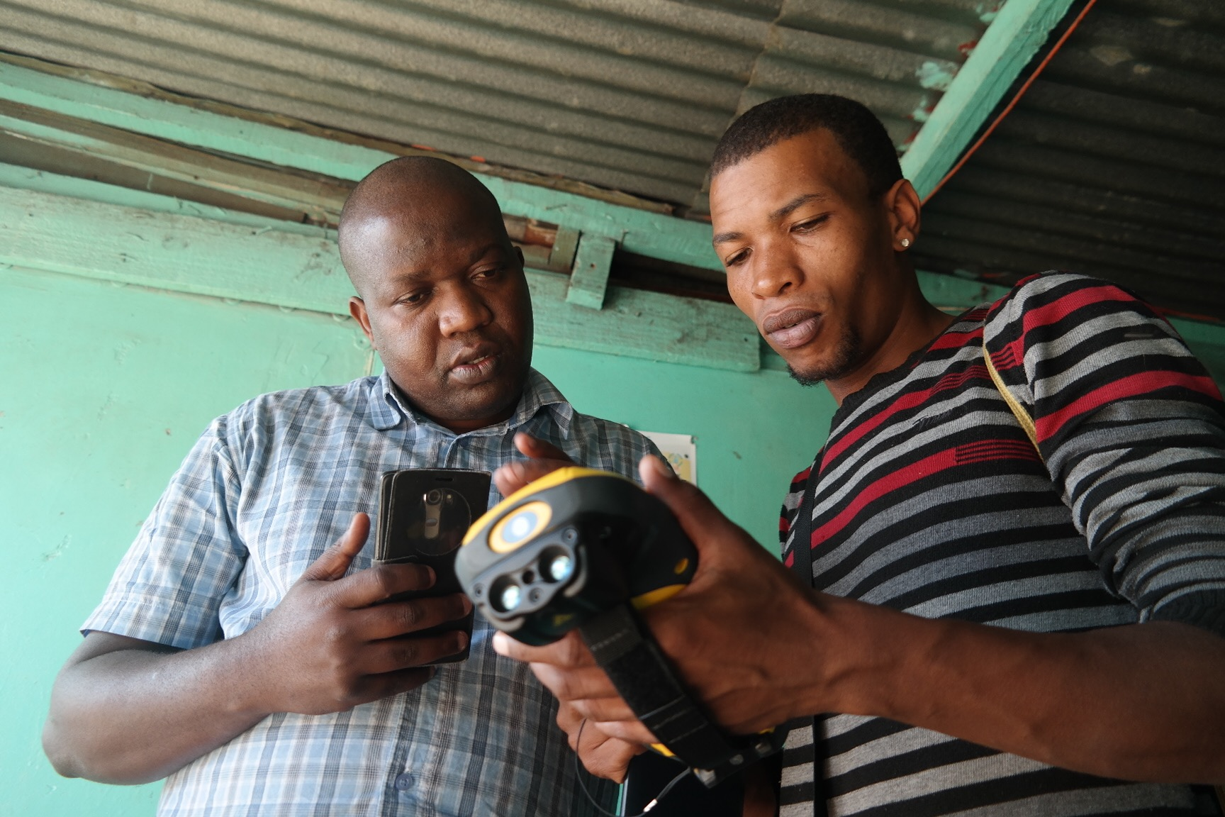Blessing reviews how to work the Trimble device with a community enumerator in Gxagxa